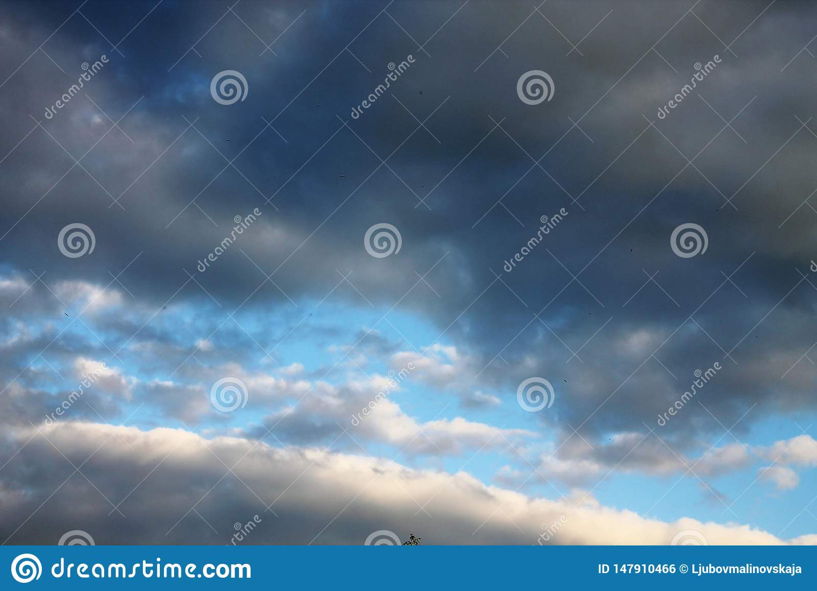 De regeneinden en de wolken het uiting geven aan een blauwe hemel worden ontruimd die