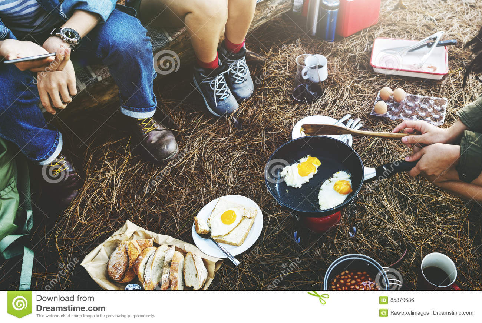 De Reisconcept van ontbijtbean egg bread coffee camping