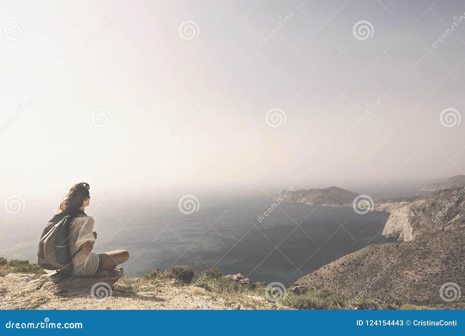 De reizende vrouw ontspant en mediteert