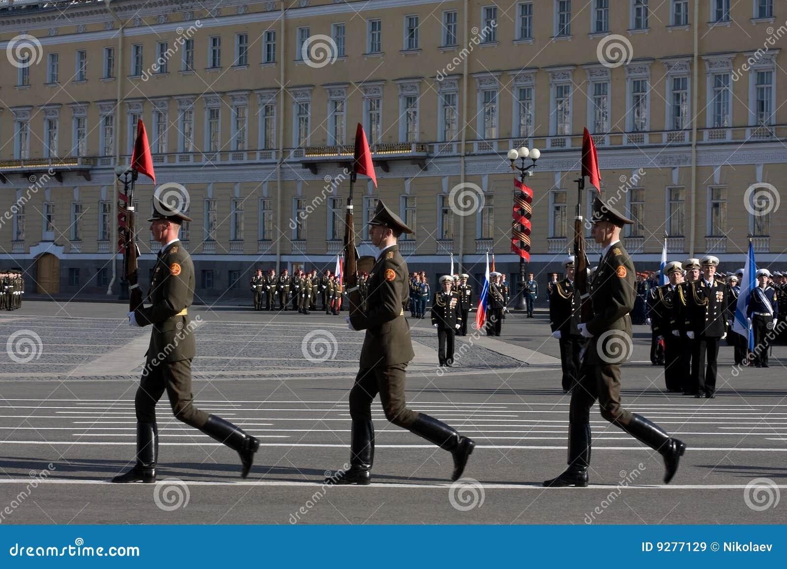 De repetitie van de parade vóór de Dag van de Overwinning