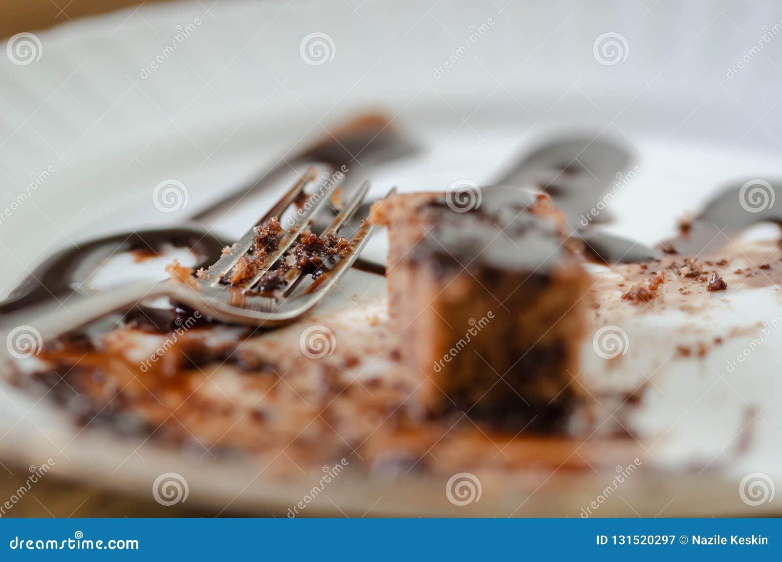 De rest van de chocoladecake op een witte plaat