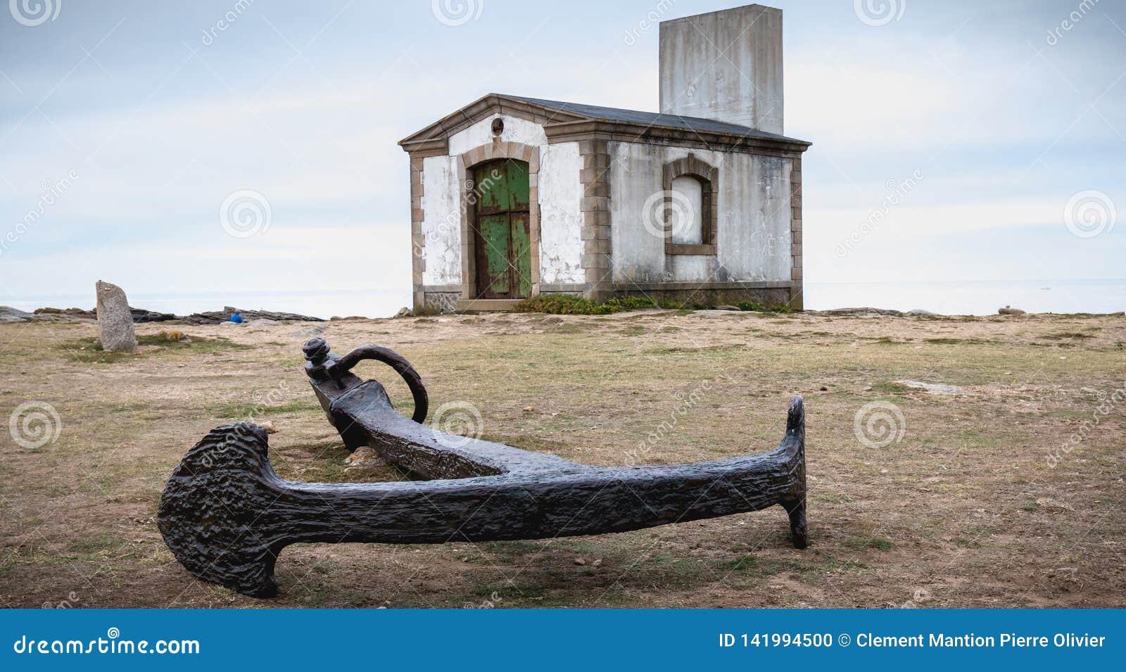 De rest van een misthoorn, een seinpaal en een boot verankeren in Pointe du But op Yeu-Eiland
