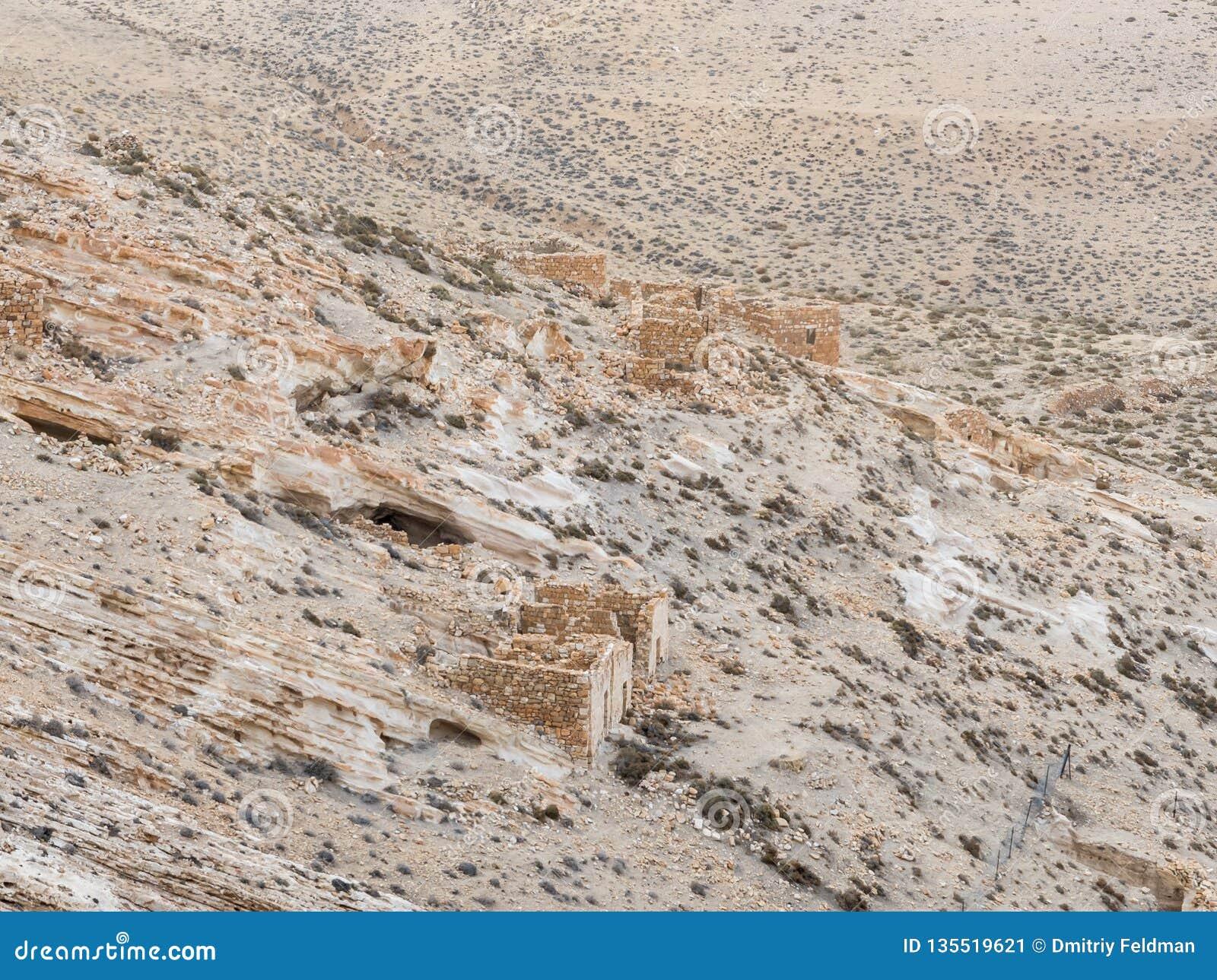 De resten van economische uitbreidingen onder de heuvel waarop de middeleeuwse vesting Ash Shubak zich dichtbij Al Jaya-stad in J
