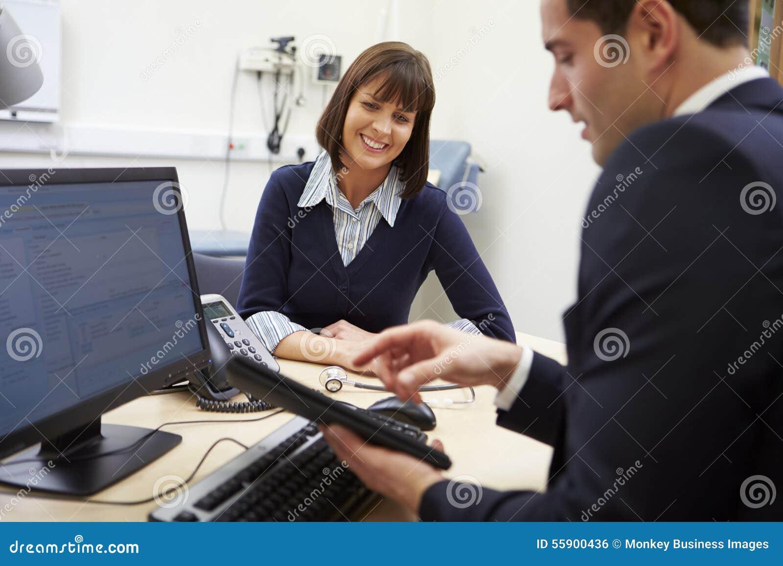 De Resultaten van artsenshowing patient test op Digitale Tablet