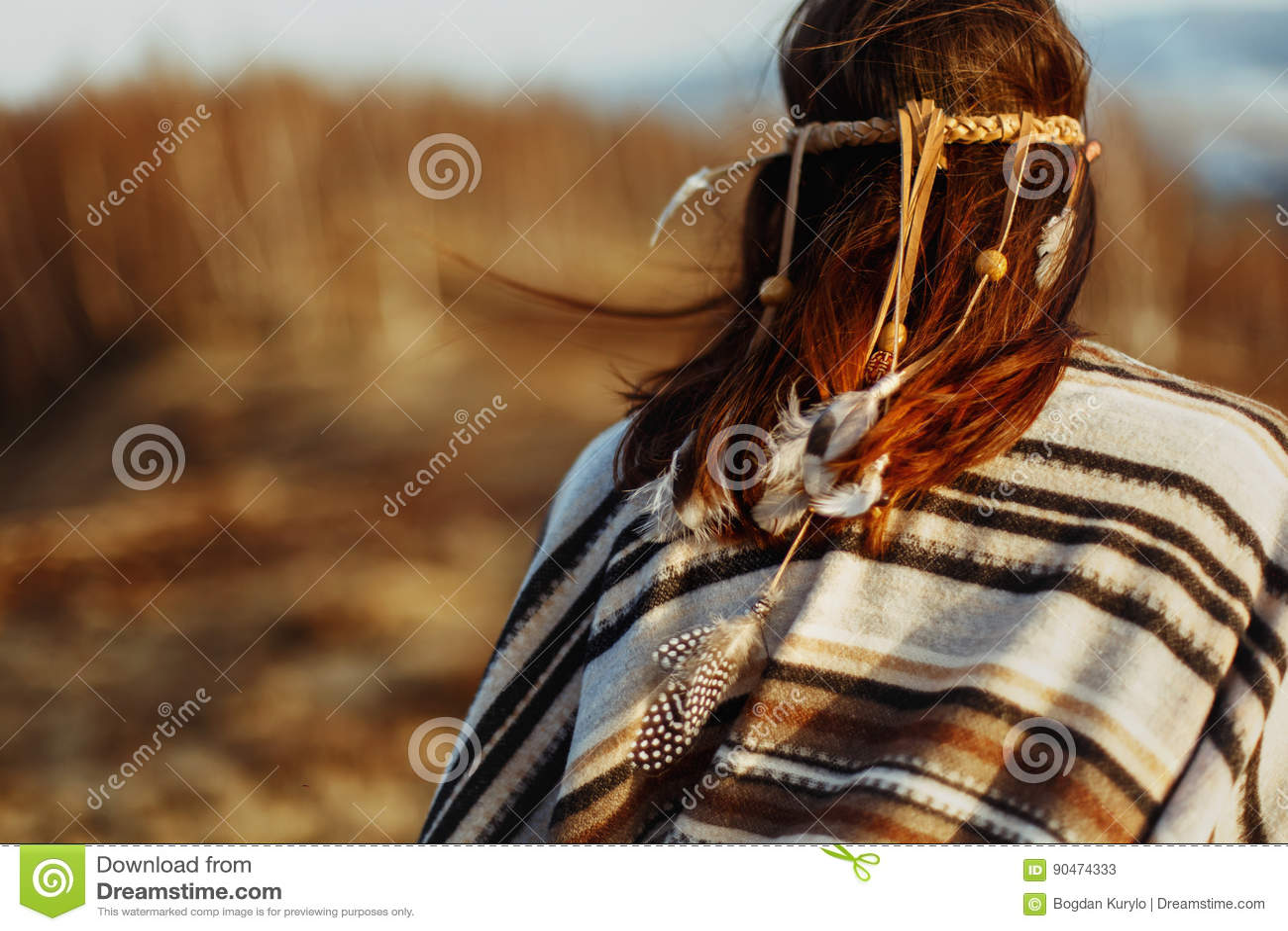 De retour de la femme américaine indienne indigène marchant en montagnes dans la veille