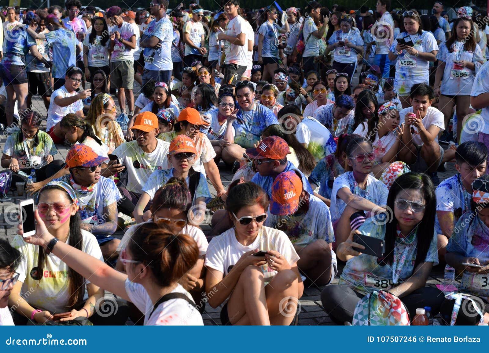 De reusachtige menigte van Jongeren verzamelt zich bij Kleur Manilla schittert Looppas op stadsvierkant Openbare gebeurtenis