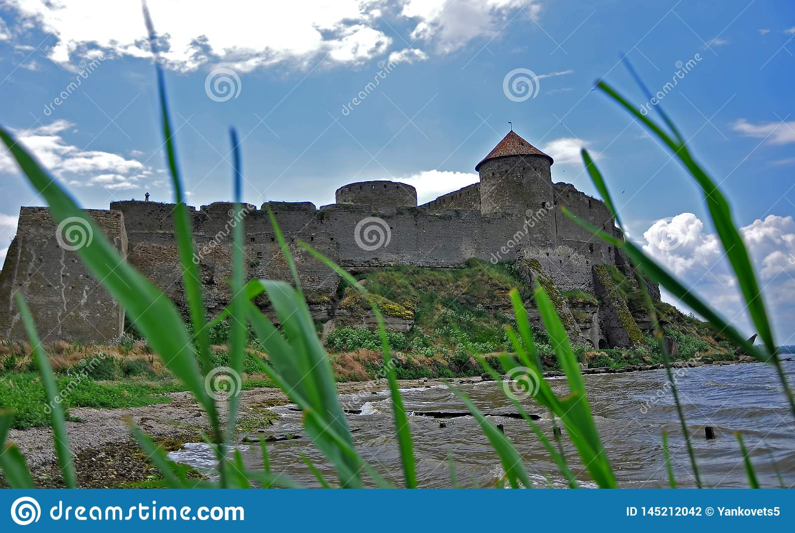 De reusachtige steenmuren van de oude Akkerman-vesting, belgorod-Dniester, het gebied van Odessa