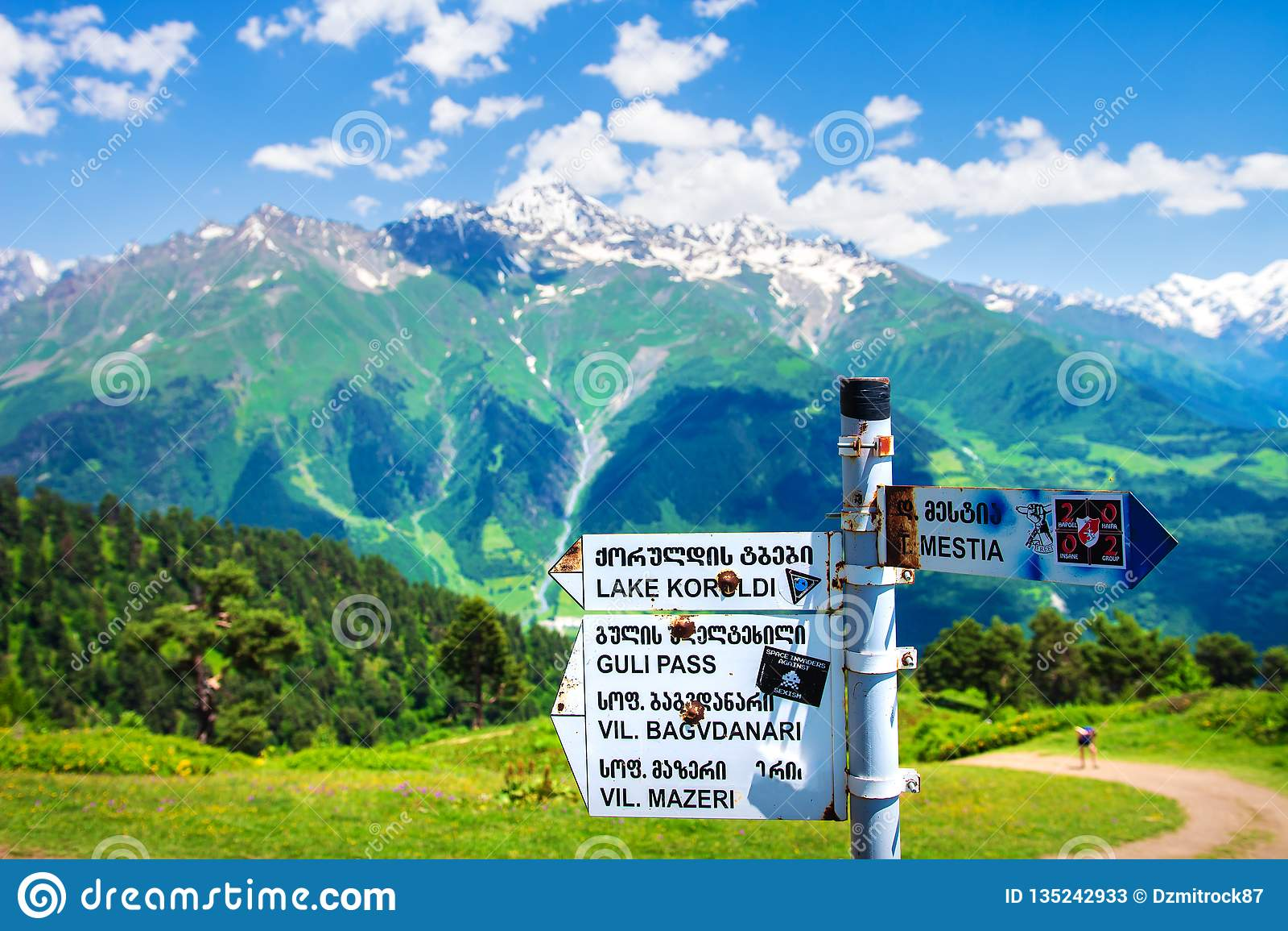 De richtingstekens op berg slepen voor toeristen in Mestia, Svaneti-gebied in Georgië