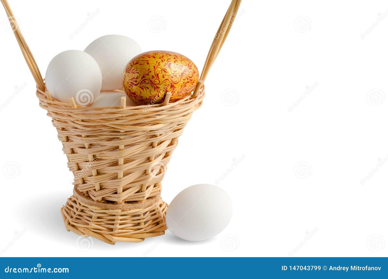 De rieten mand van Pasen met eieren