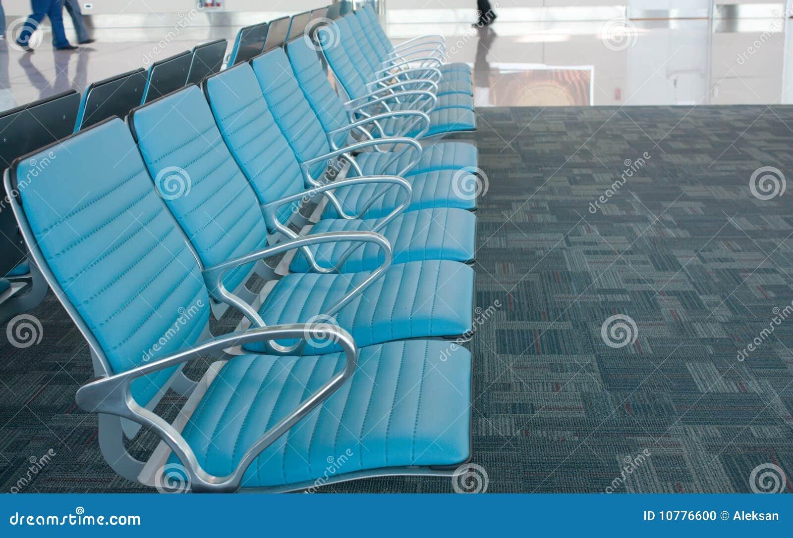 De rij van stoelen in luchthaven. Wachtende ruimte.