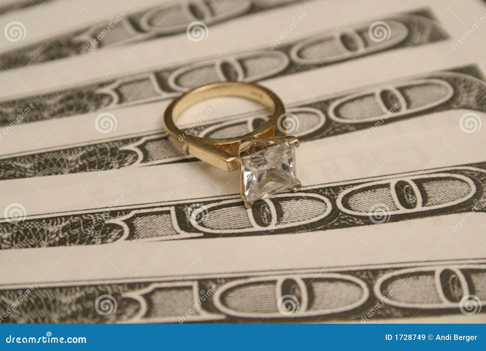 De ring van de diamant op GROTE geldachtergrond