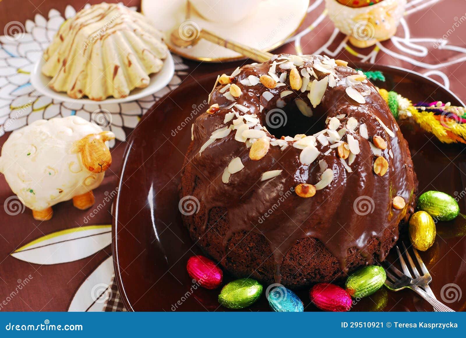 De ringscake van de chocolade met amandelen en noten die voor Pasen bedekken