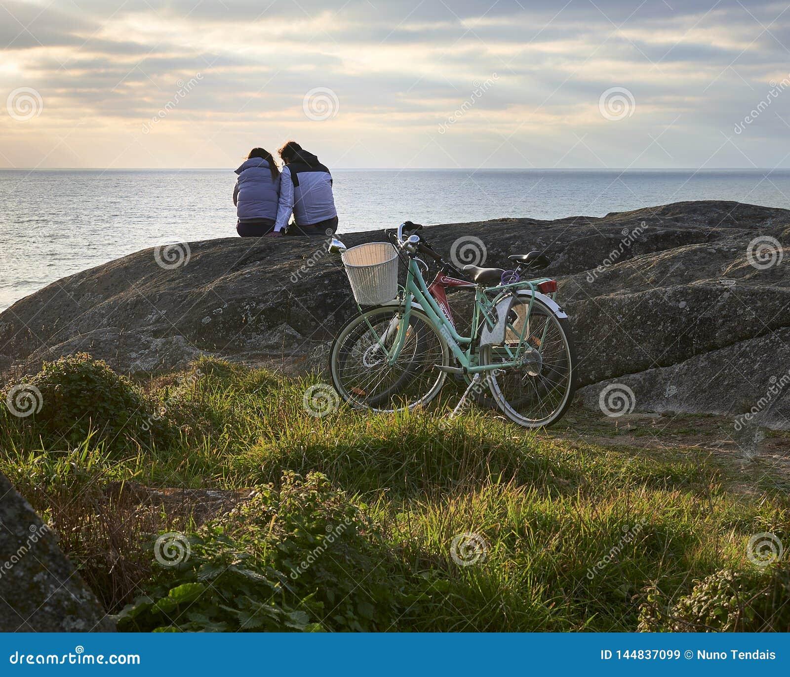 De rit van de paarfiets aan de oceaan