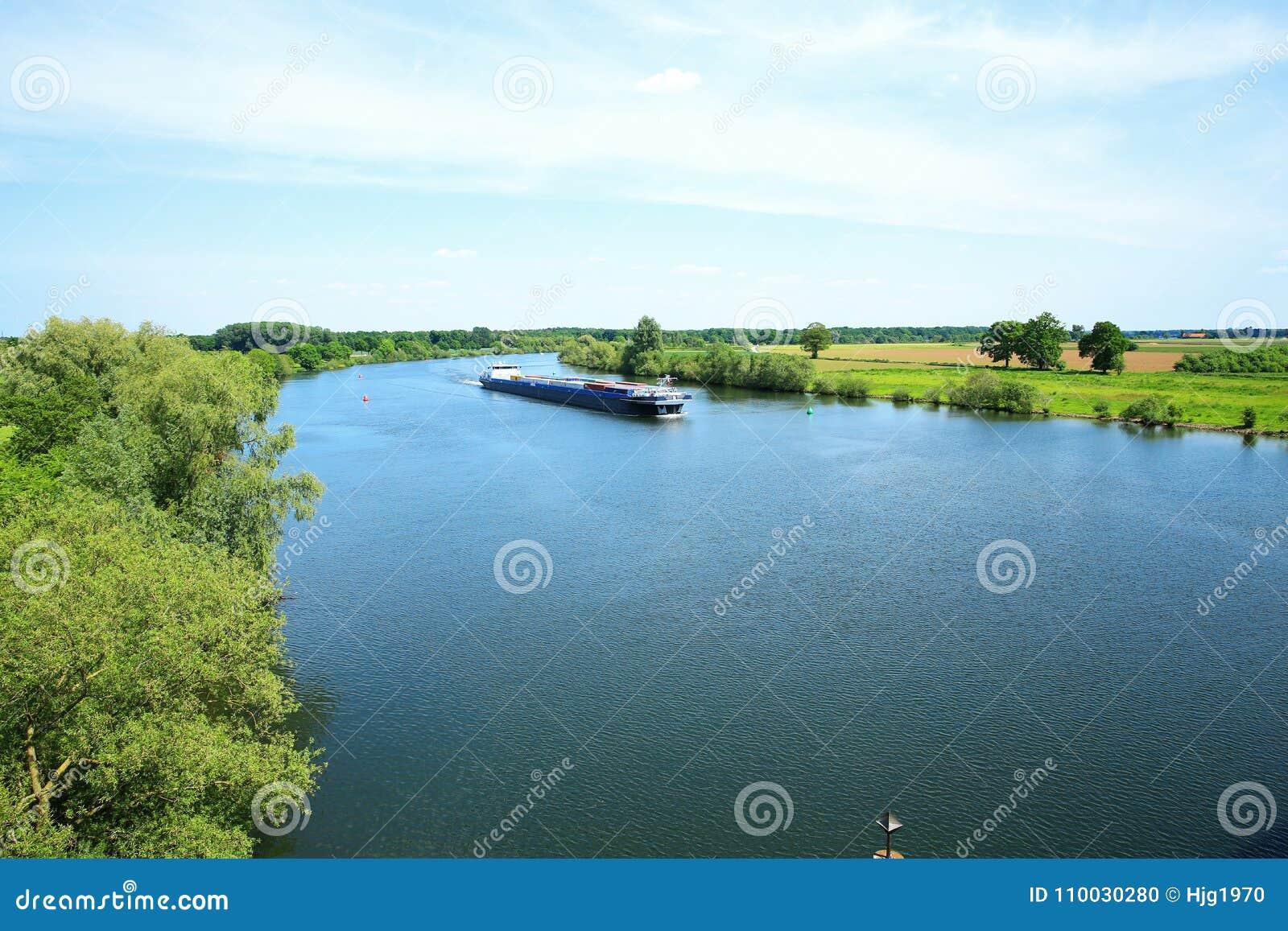 De rivier Maas in Limburg, Nederland, een panorama
