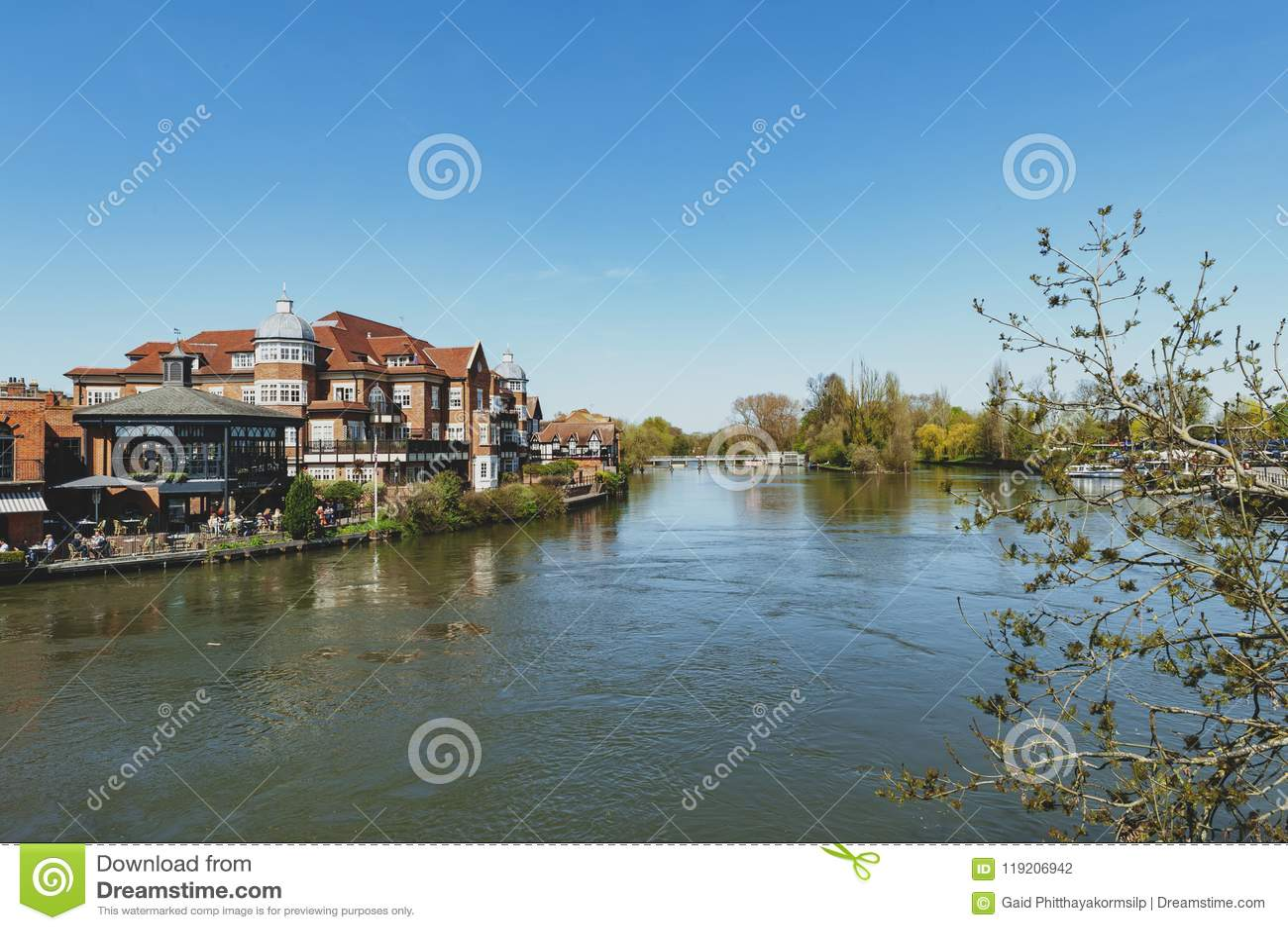 De Rivier Theems die door Windsor en Eton, tweelingdiesteden in Berkshire vloeien, door Windsor Bridge, Engeland het UK wordt aan