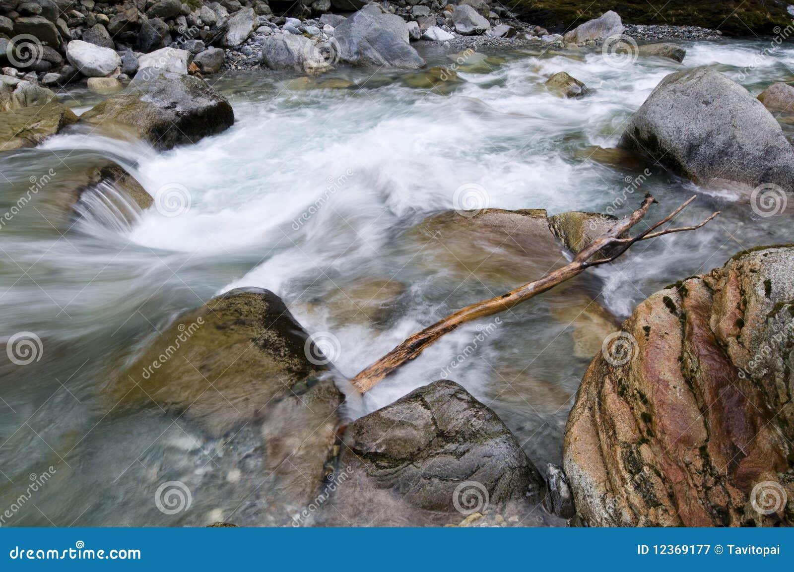 De rivier van de berg in de herfst