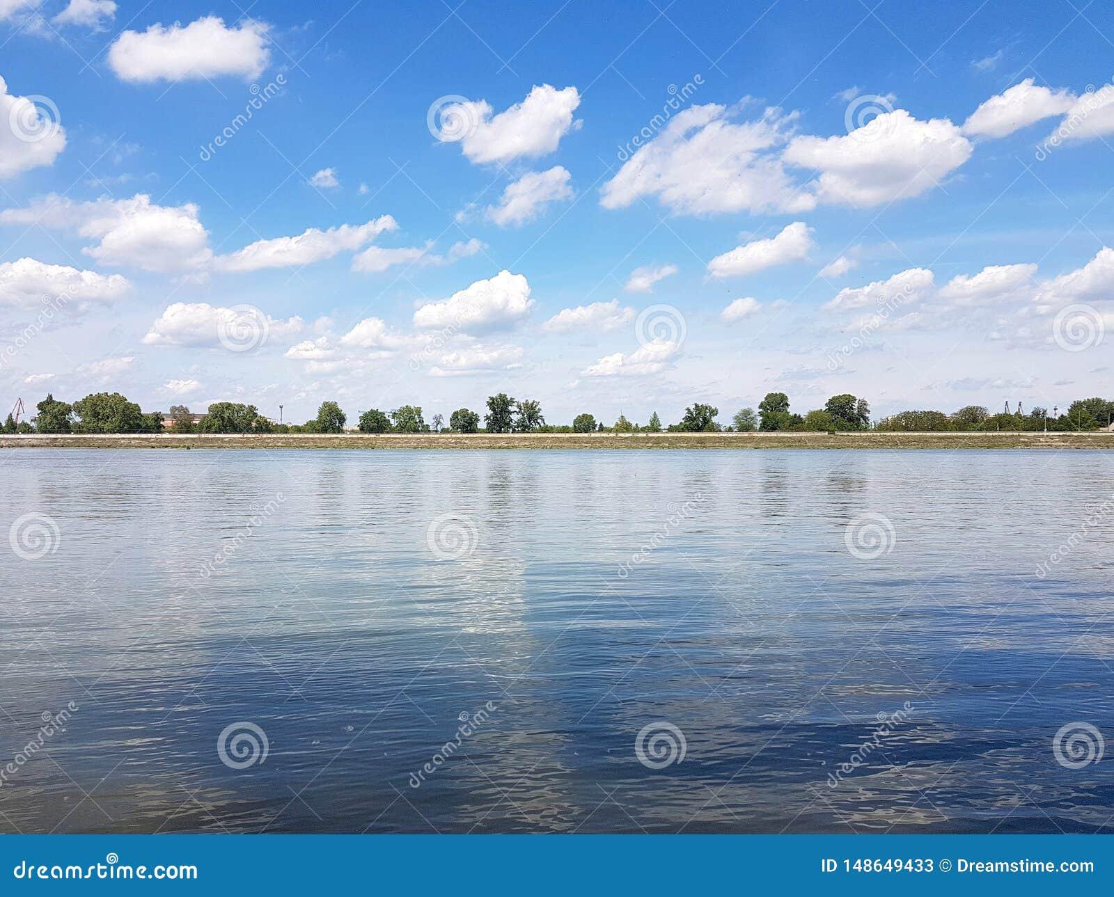 De rivier van Donau in Mei, ver vanaf de stad