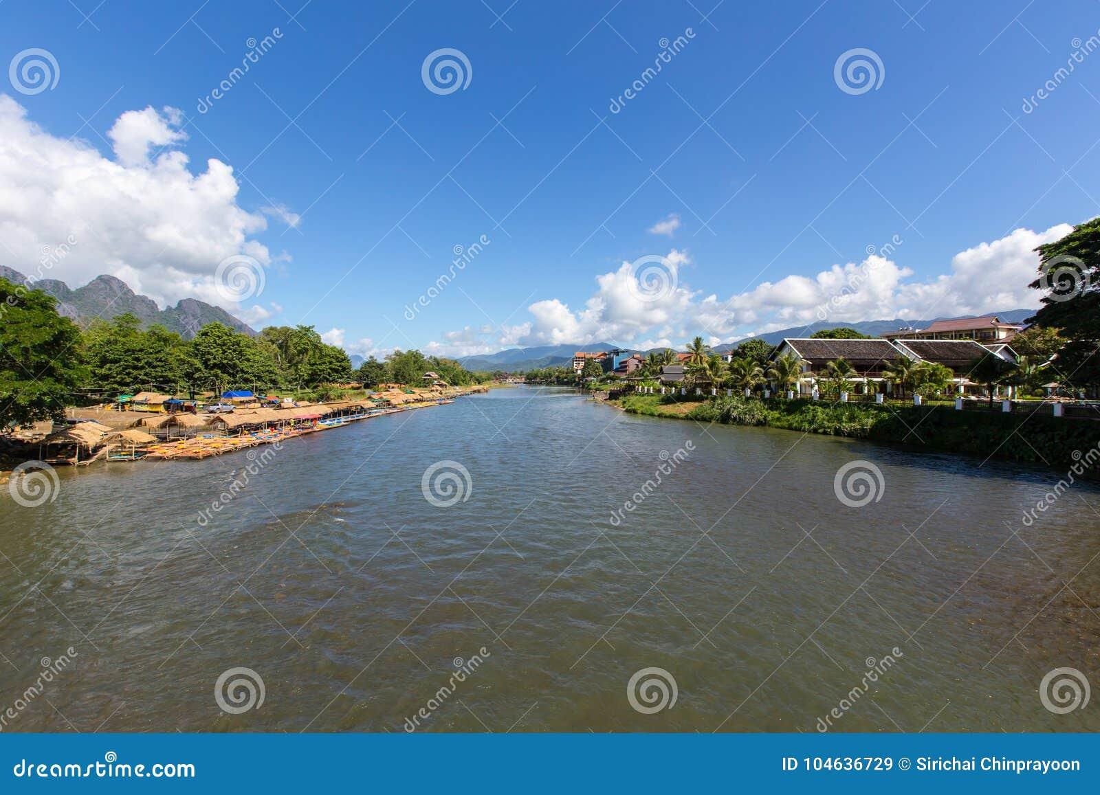 Download De Rivier Van Het Lied Van Nam In Vang Vieng Stock Afbeelding - Afbeelding bestaande uit zuidoosten, rivier: 104636729