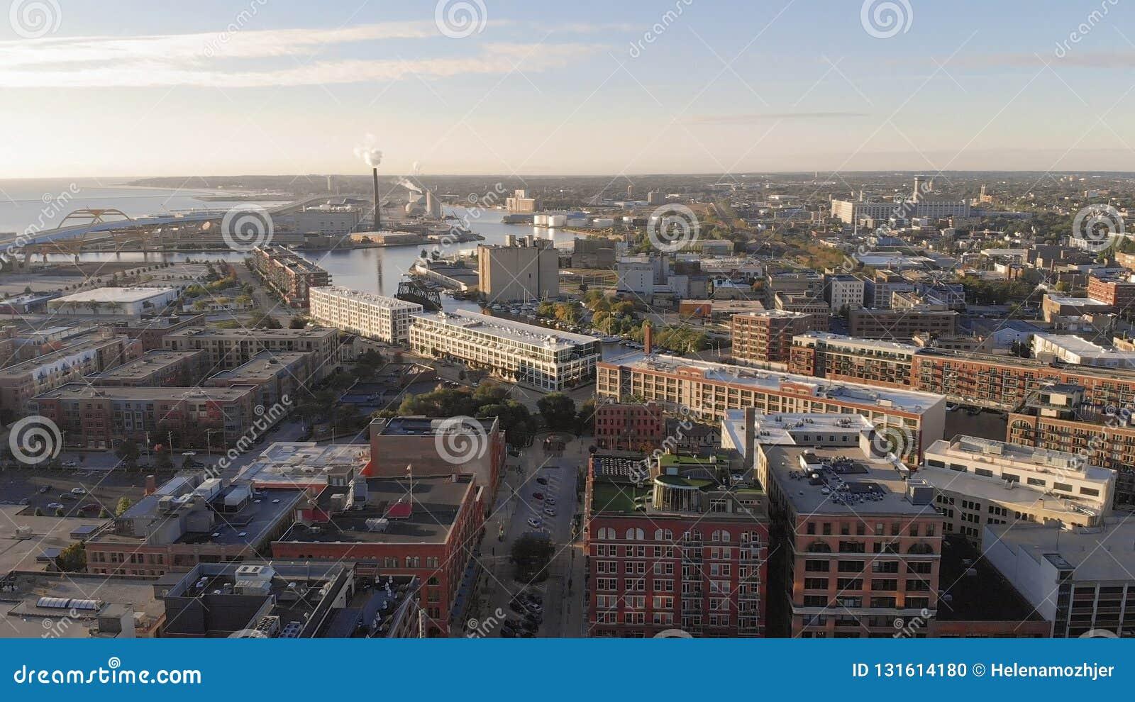De rivier van Millwaukee in districten van de binnenstad, de haven van Millwaukee, Wisconsin, Verenigde Staten Onroerende goedere