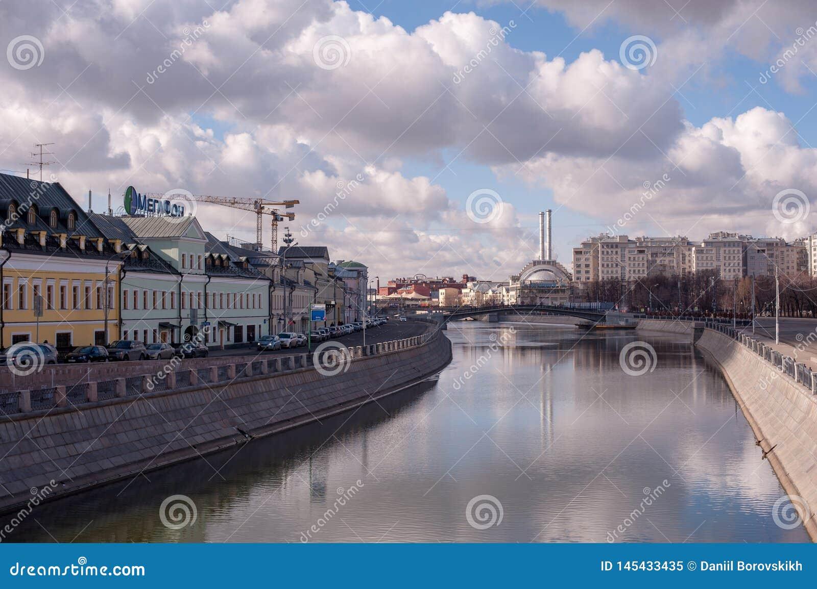 De rivier van Moskou en blauwe hemel