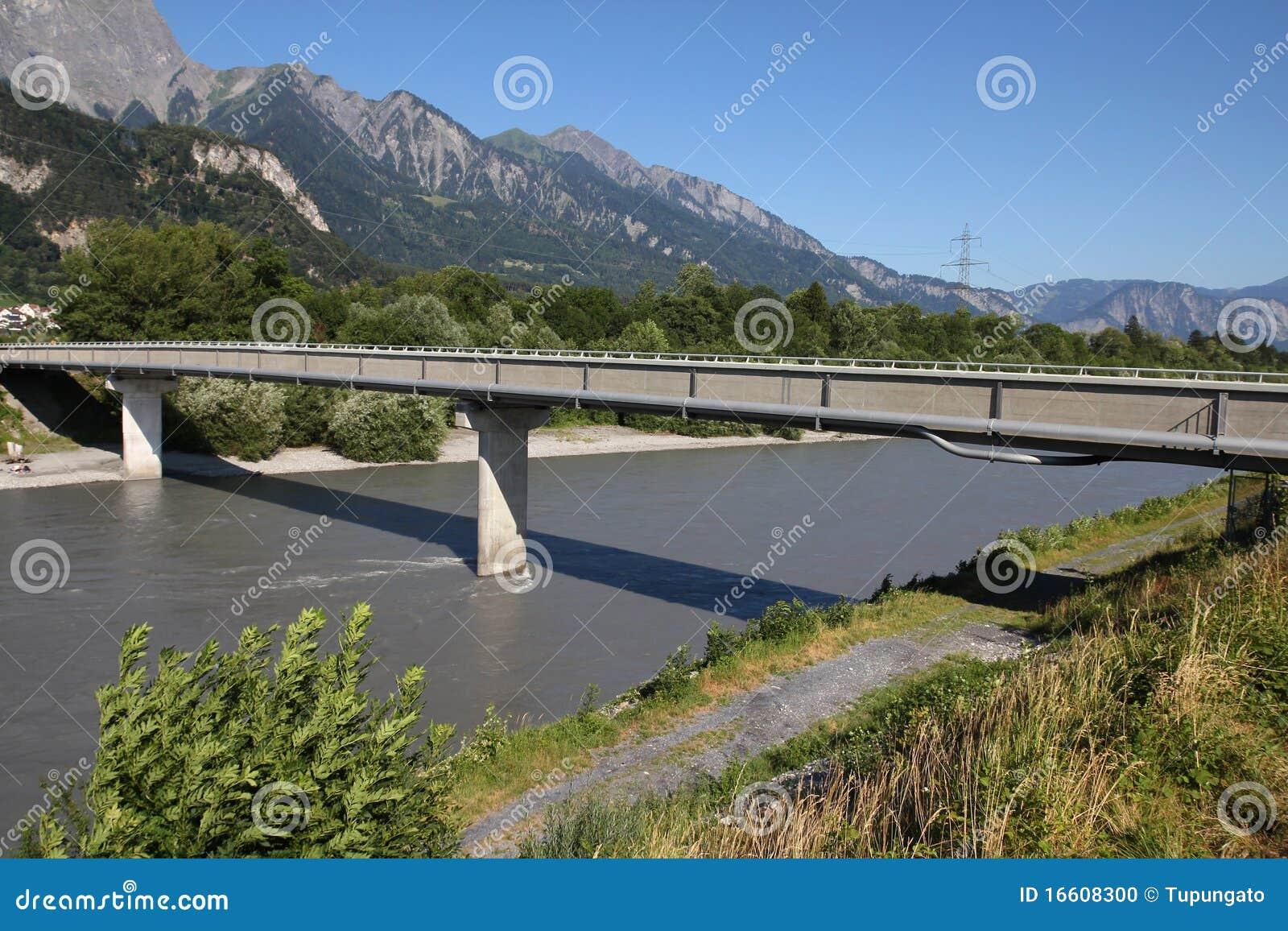 Voetgangersbrug over de rivier van rijn in zwitserland. het landschap