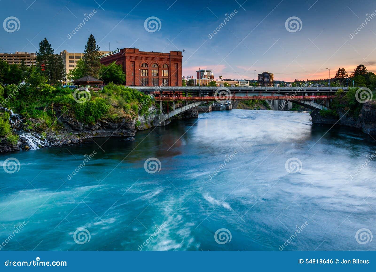 De Rivier van Spokane bij zonsondergang, in Spokane