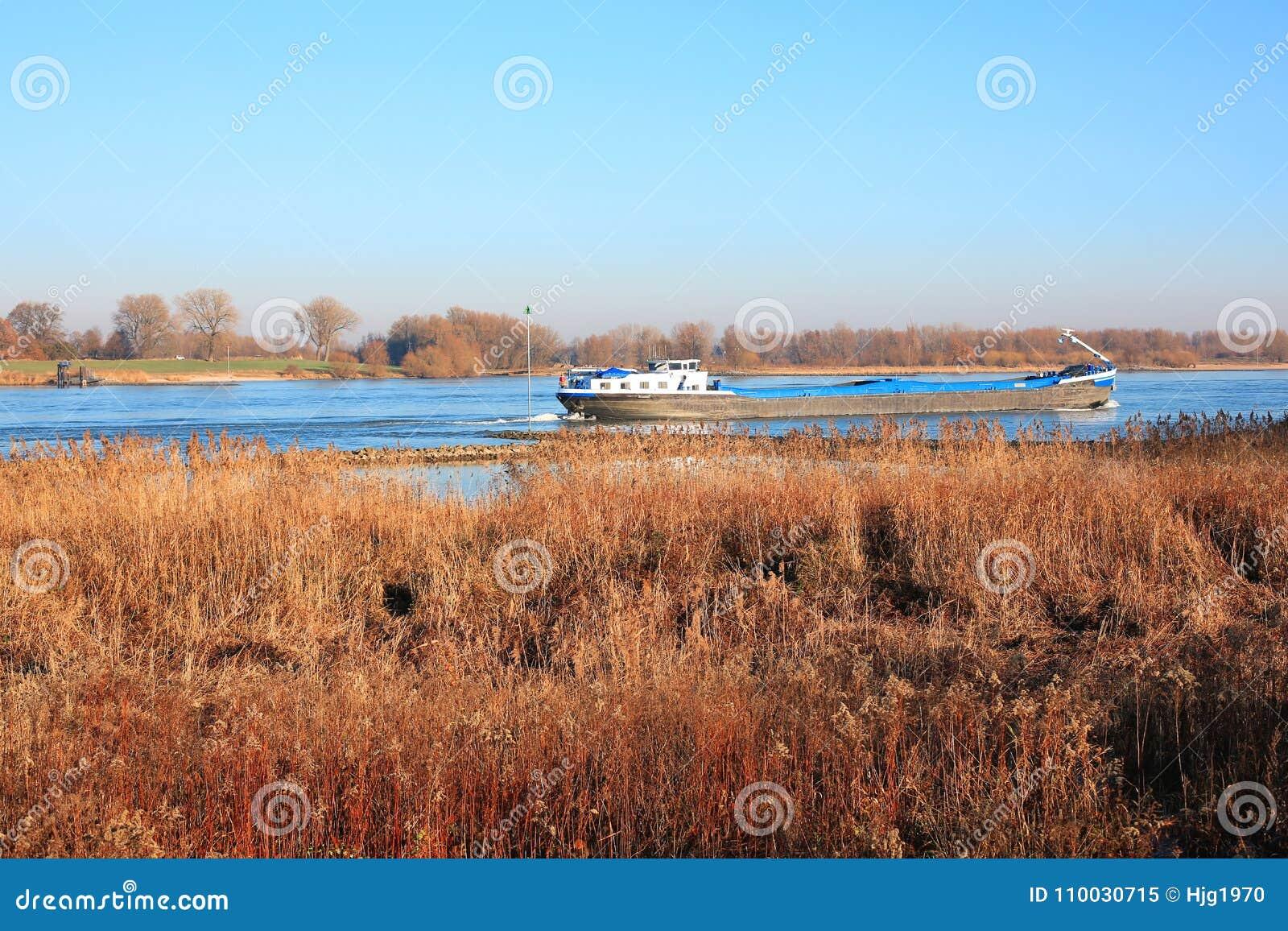De rivier Waal in de Provincie Gelderland, Nederland, een panorama