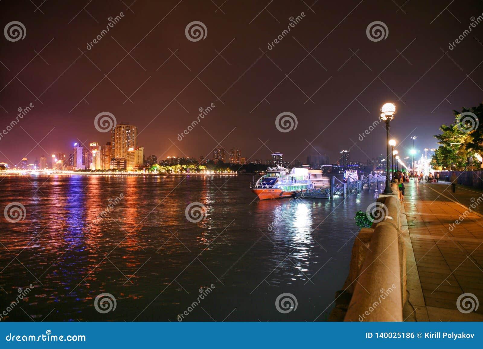 De Rivierdijk van de Guangzhouparel bij nacht