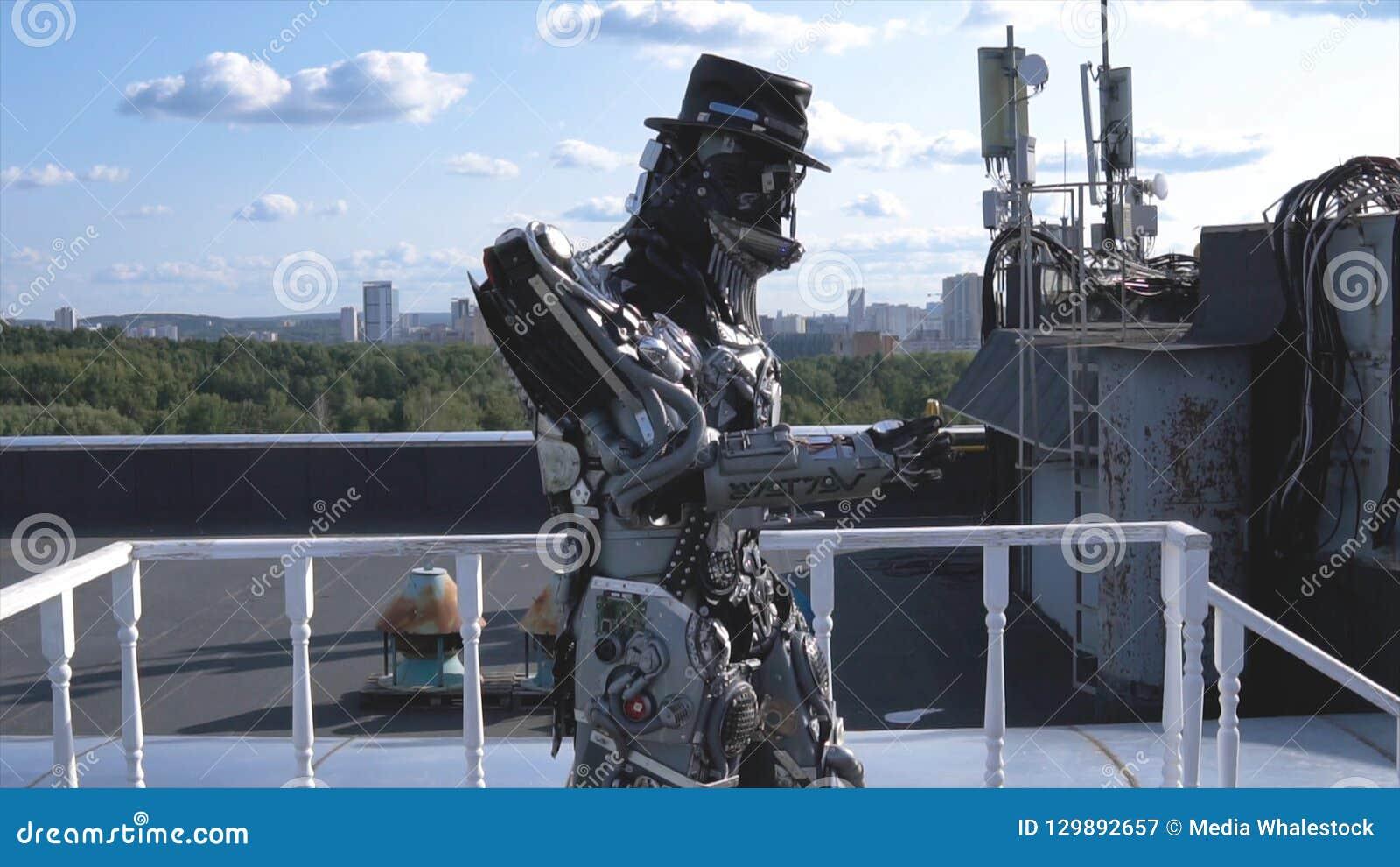 De robot beweegt zijn handen op achtergrond van stadshorizon en blauwe hemel lengte Concept technologieën met kunstmatig