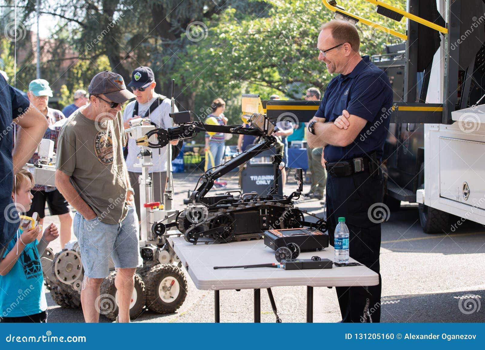 De robot van de bomverspreiding door politie wordt gebruikt die