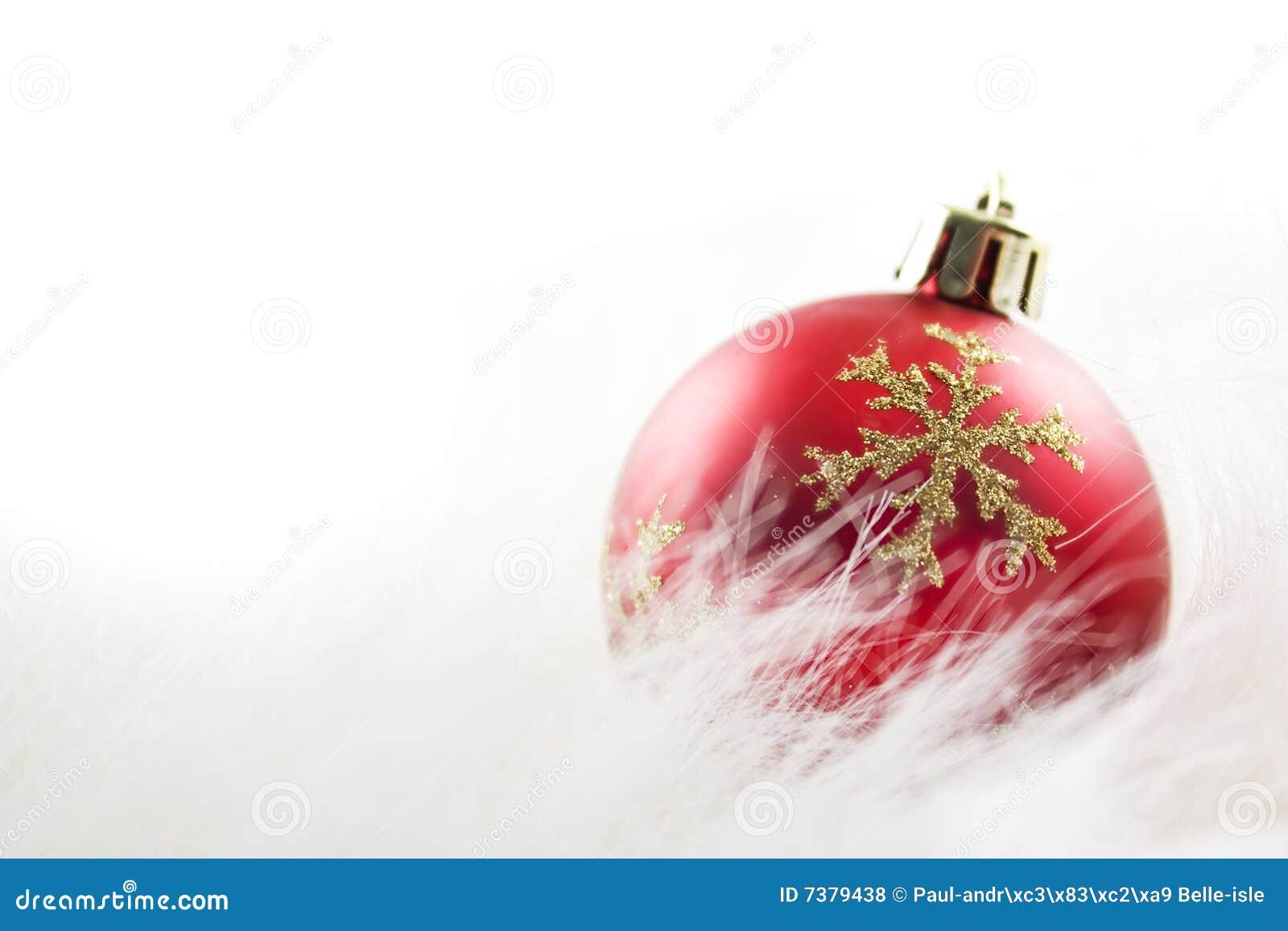 De rode bal van Kerstmis op wit bont