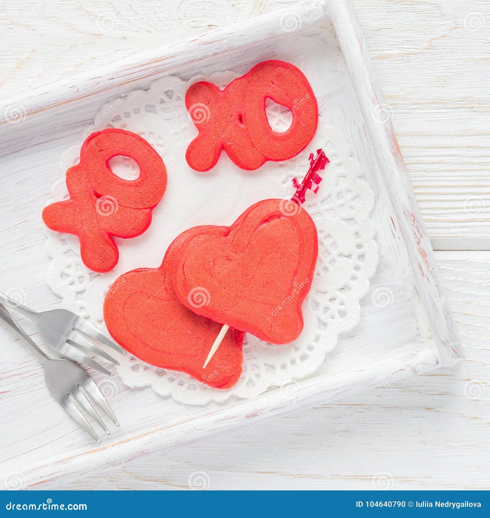 Download De Rode Fluweelpannekoeken Met Xo Ondertekenen, Omhelzingen En Kussen, En Hart Op Houten Dienblad, Hoogste Mening, Vierkant Forma Stock Foto - Afbeelding bestaande uit romantisch, gezond: 104640790