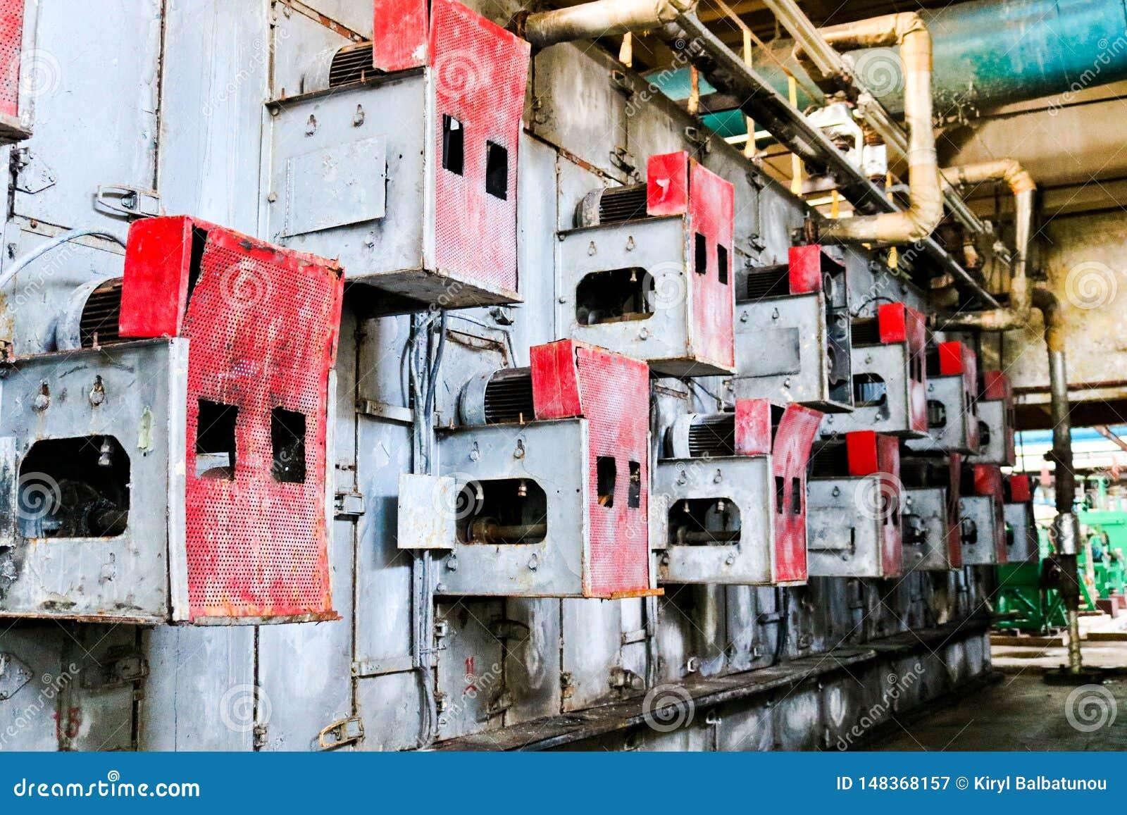 De rode kabinetten van het ijzermetaal voor geperforeerd elektrisch die netmateriaal op een muur bij een industri?le petrochemisc