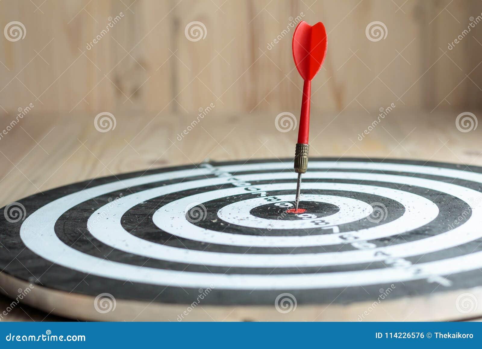 De rode pijltjepijl raakte het centrumdoel van dartboardmetafoor marke