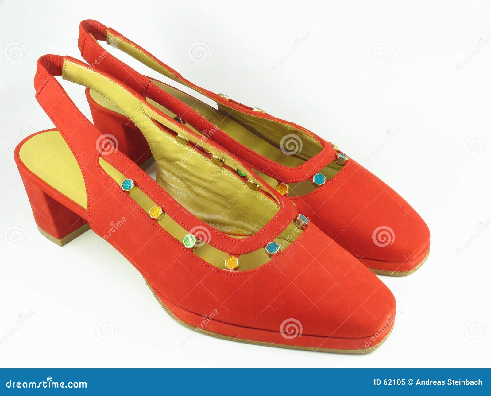 De rode schoenen van het damessuède