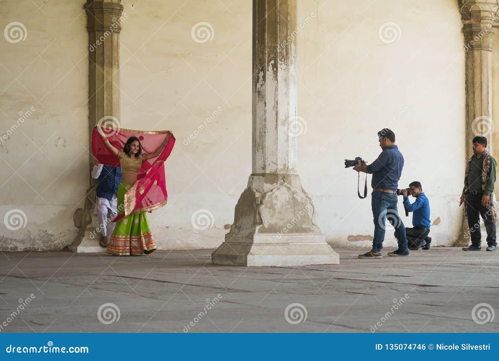 De rode spruit van het forthuwelijk van mooi paar in Sari