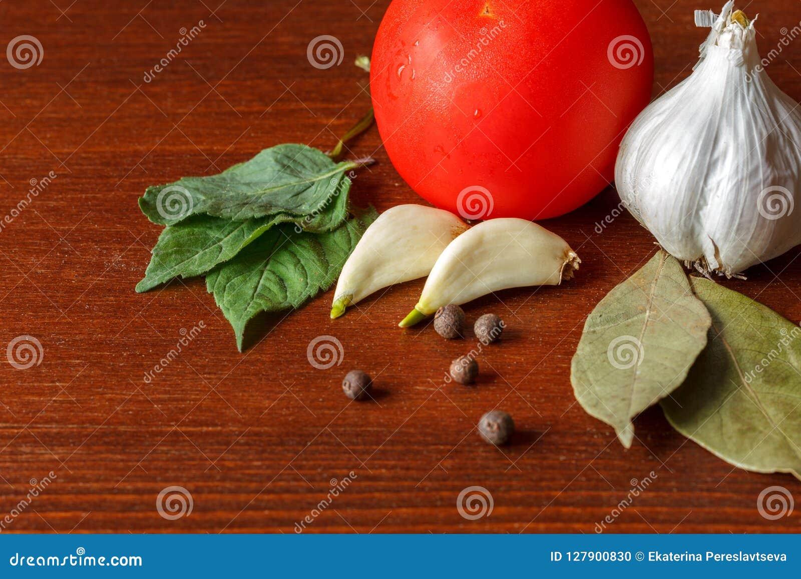 De rode tomaat en het knoflook met kruiden zijn op de lijst