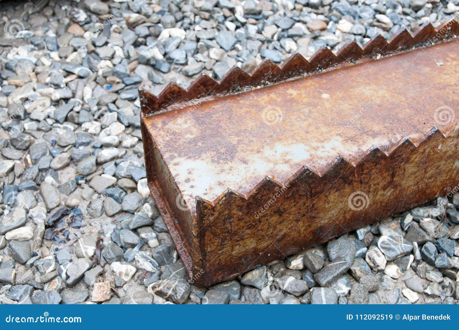 De roestige kolom van de het glasopslag van het ijzer industriële blad