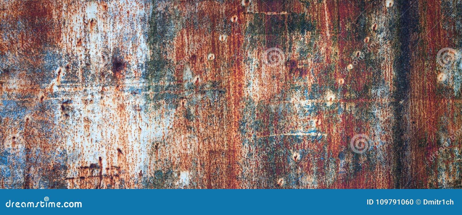 De roestige metaalmuur, oud blad van ijzer behandelde met roest met multi