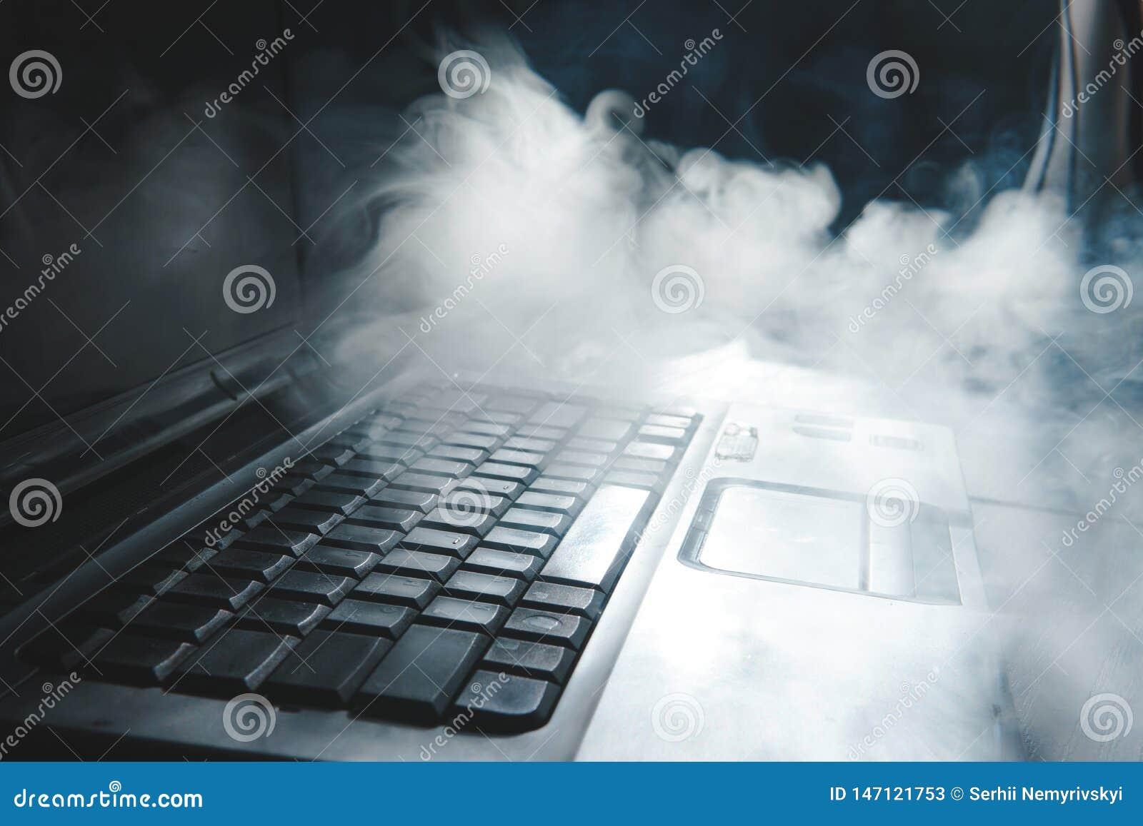 De rokende waterpijp terwijl thuis het werken aan laptop, donker thema, sluit omhoog, zon lichte lijnen