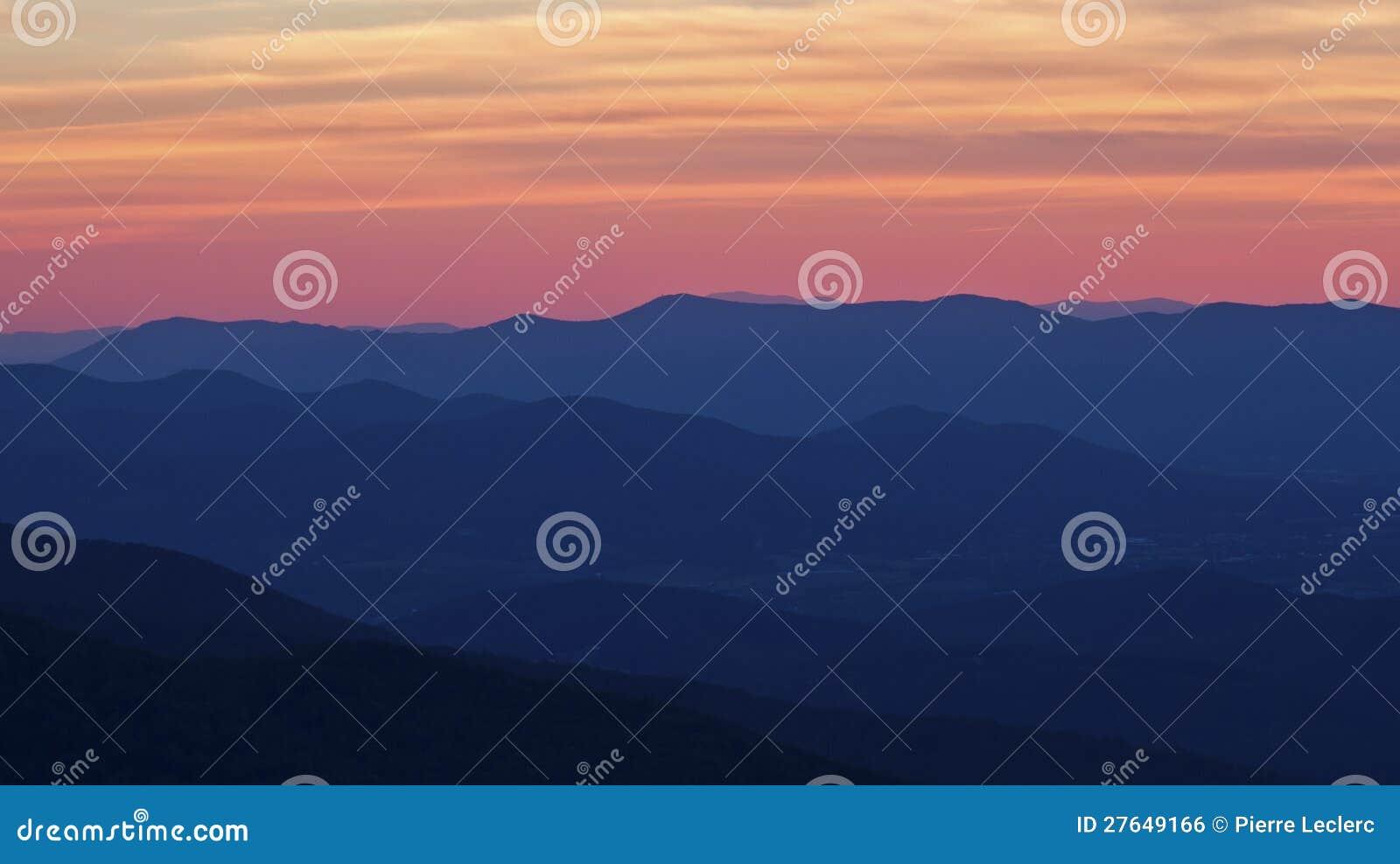 De rokerige Zonsondergang van Bergen in Nationaal Park Shenandoah