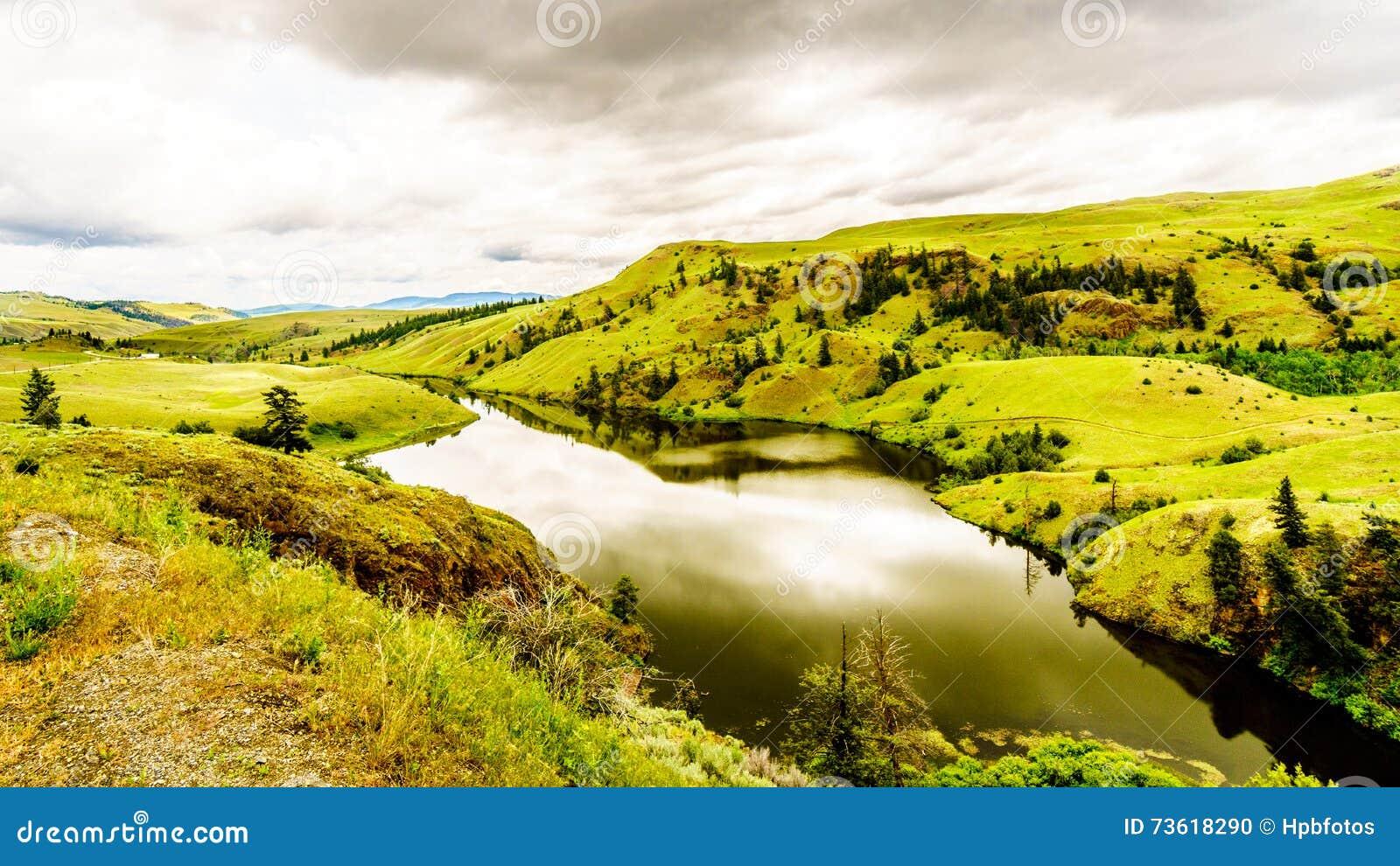 De Rolling Heuvels en de Weiden in Nicola Valley dichtbij Merritt onder bewolkte hemel