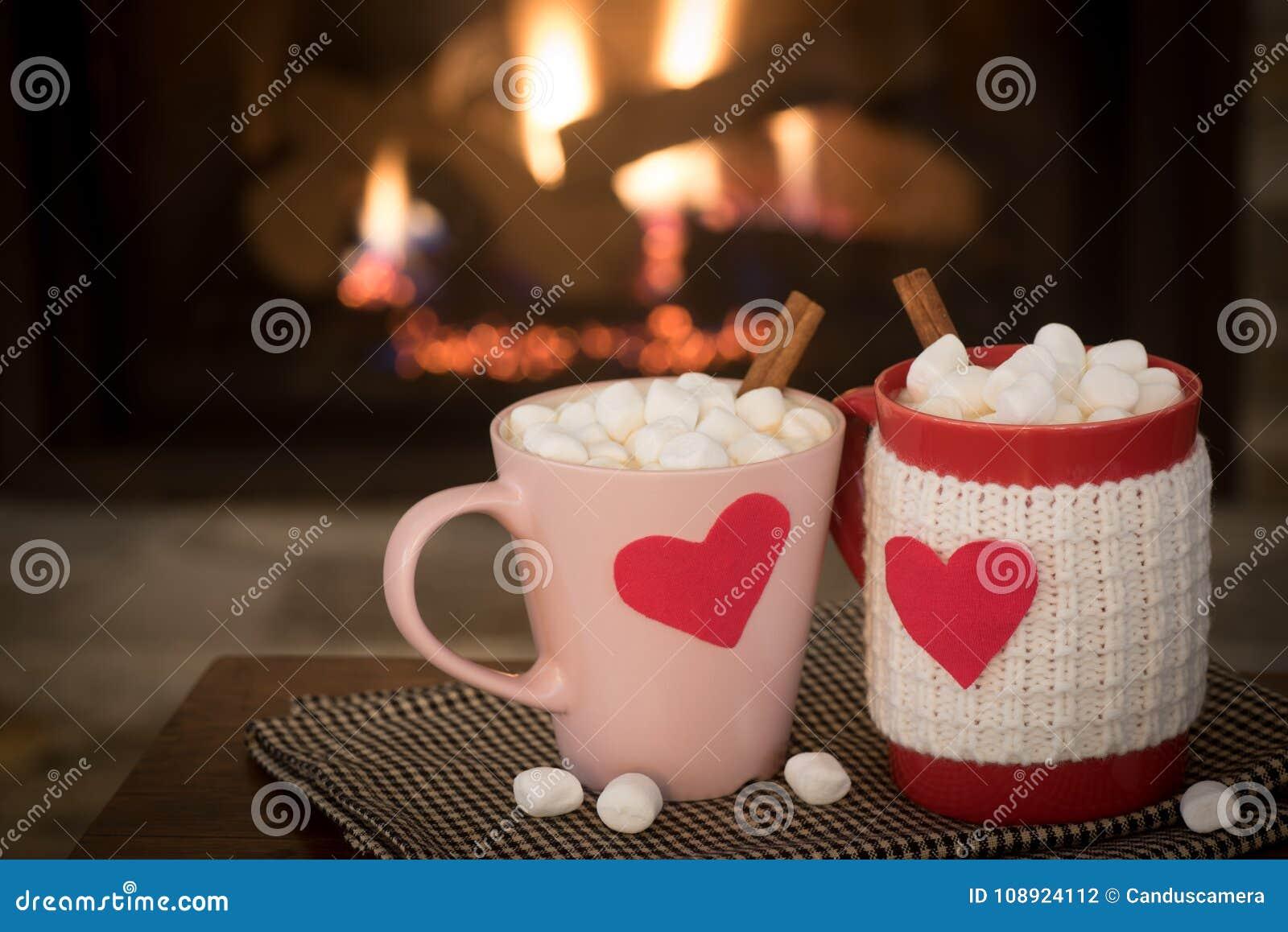 De romantische Dag van Valentine ` s, Warme Open haardscène met Rode en Roze Cacaomokken met rode Harten in Comfortabele Woonkame