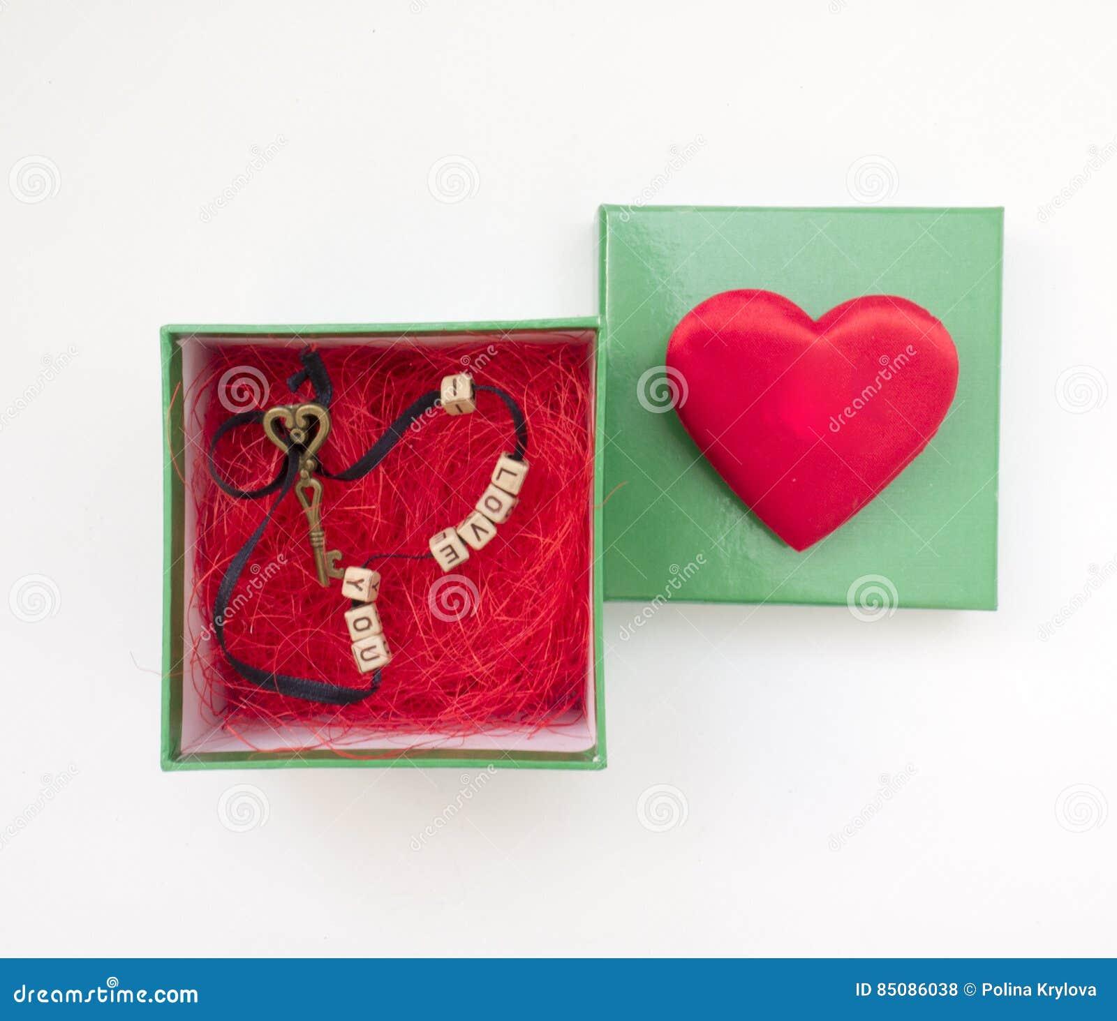 De romantische gift in een doos met een hart en zeer belangrijke I houden van u