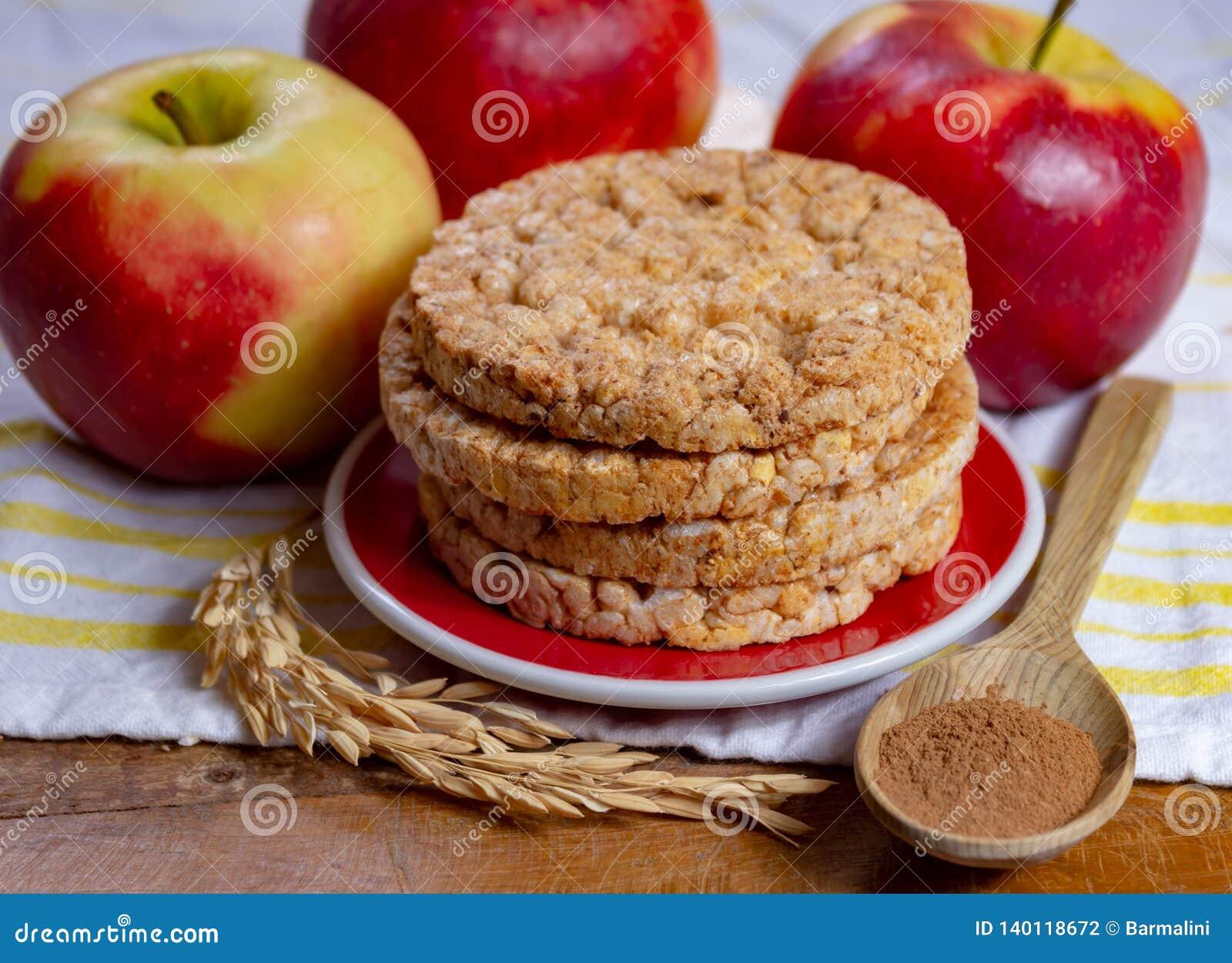 De ronde rijstcrackers maakten met appel en kaneel, gezonde snack voor ontbijt, lunch en schoolvoedsel