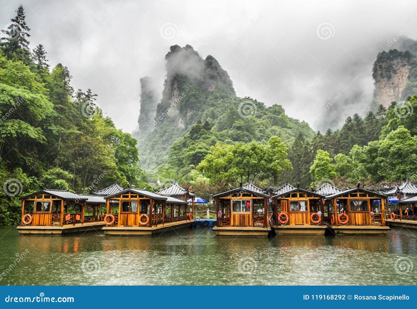 De Rondvaart van het Baofengmeer in een regenachtige dag met wolken en mist in Wulingyuan, Zhangjiajie Nationaal Forest Park, de