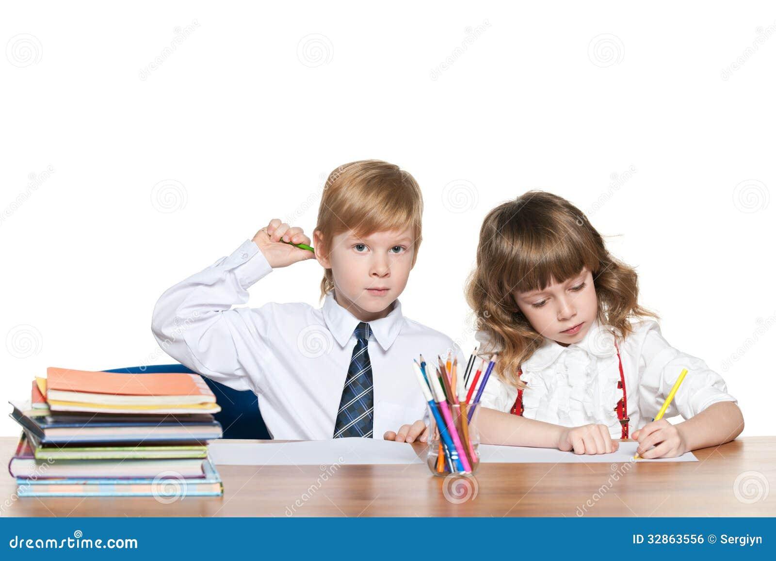 De roodharige kinderen schrijven bij het bureau royalty vrije stock afbeelding beeld 32863556 - Bureau kinderen ...