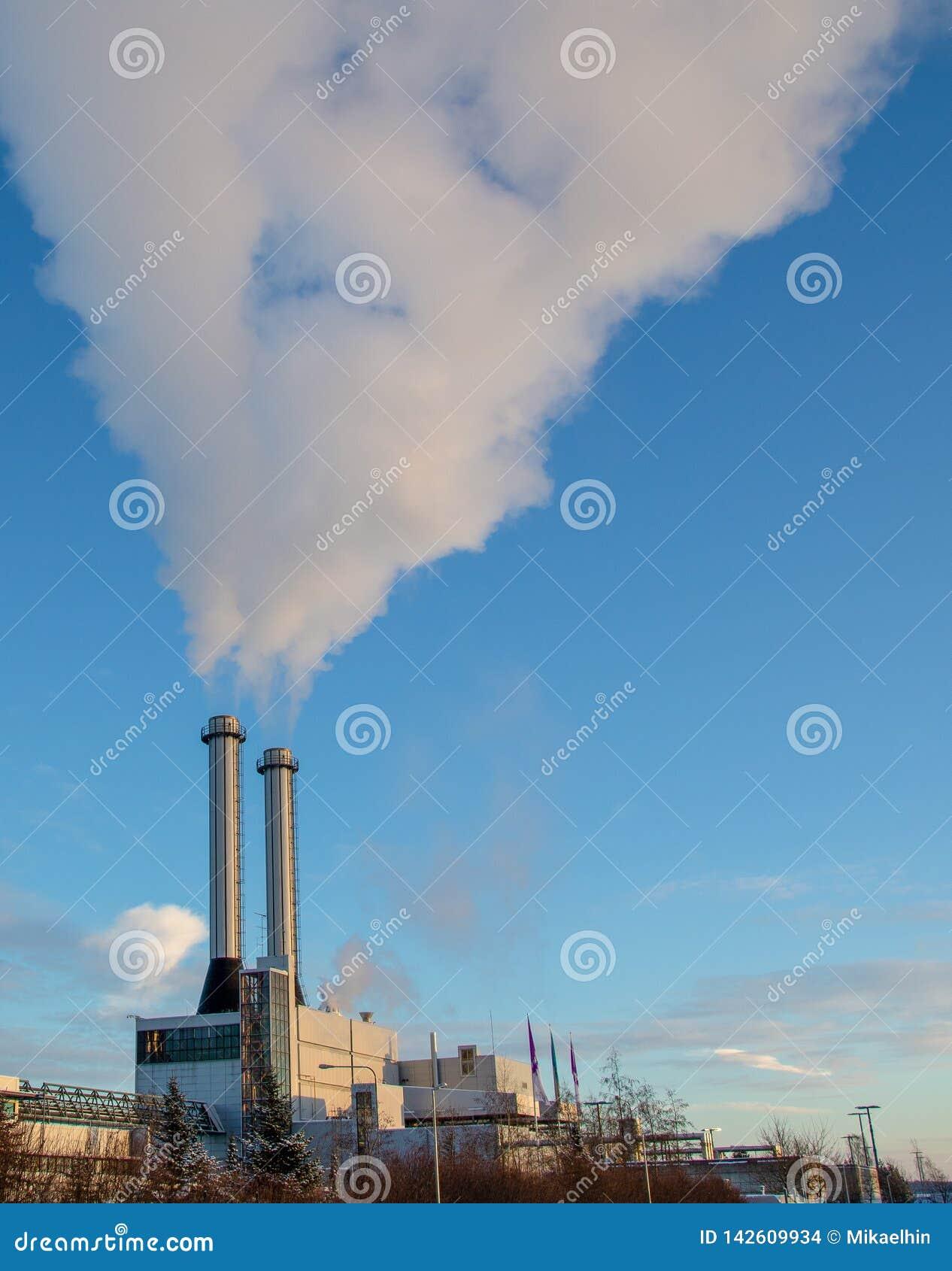 De rook die twee schoorstenen weggaan is de winter