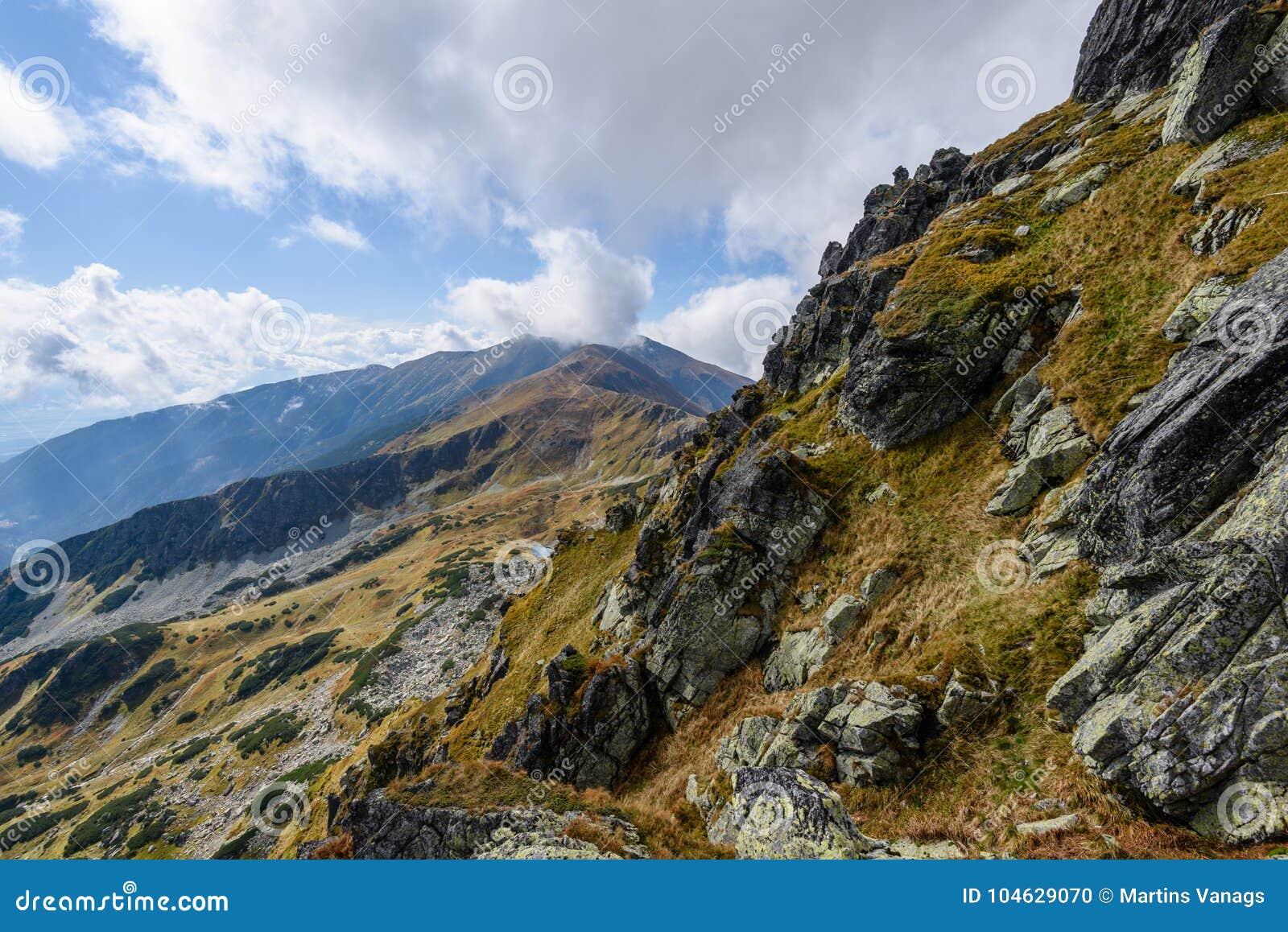Download De Rotsachtige Mening Van Het Berg Piekgebied In Slowakije Stock Foto - Afbeelding bestaande uit schemer, fantasie: 104629070