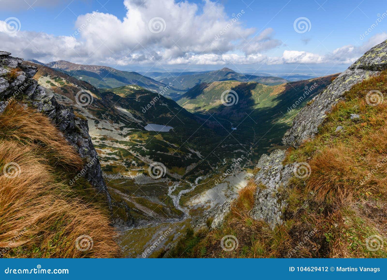 Download De Rotsachtige Mening Van Het Berg Piekgebied In Slowakije Stock Foto - Afbeelding bestaande uit ecologisch, landschap: 104629412